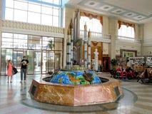 Fonte no Salão grande da estação de trem foto de stock royalty free