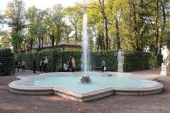 Fonte no terceiro local Jardim no verão St Petersburg foto de stock