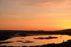 Fonte orange de couleur d'un étang pendant le coucher du soleil Photos stock