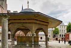 Fonte para as abluções rituais Hagia Sophia em Istambul, Turquia imagens de stock royalty free