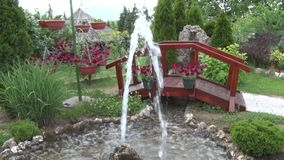 Fonte pequena na jarda na ponte do fundo vídeos de arquivo