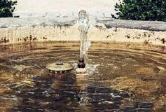 Fonte pequena no parque, água potável Foto de Stock