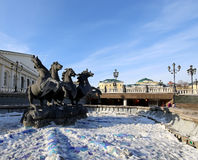Fonte quatro estações no dia de inverno ensolarado quadrado perto do inverno antigo do Kremlin, Moscou de Manezh, Rússia Foto de Stock