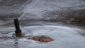 Fonte que jorra na lagoa congelada filme