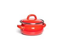 Fonte rouge faisant cuire le pot, sur le fond blanc Image stock