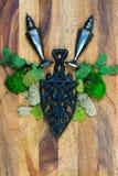 Fonte rustique, dispositifs trembleurs ternis et mousse avec le backgro en bois photo libre de droits