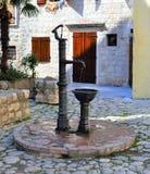 Fonte velha com água fresca - cidade velha de Kotor foto de stock royalty free