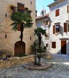 Fonte velha em um quadrado da cidade velha de Kotor fotos de stock royalty free
