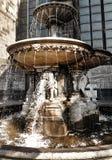 Fontein bij de beroemde Kathedraal in Keulen, Duitsland Stock Foto's
