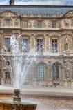 Fontein bij het Louvre, Parijs Stock Foto