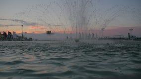 Fontein bij zonsondergang stock footage