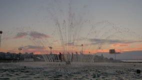 Fontein bij zonsondergang stock video