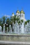 Fontein in de achtergrondkathedraal van Christus de Verlosser in Kaliningrad Stock Afbeelding