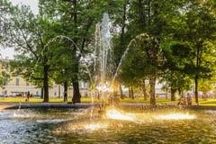 Fontein in de binnenplaats van het de Winterpaleis, de Kluis, St. Petersburg, Rusland De zomer Zonnige dag, rust in royalty-vrije stock foto's