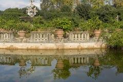 Fontein in de Boboli-tuin in Florence met een vijver met groen water, Italië royalty-vrije stock fotografie