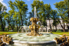 Fontein in de de zomertuin Royalty-vrije Stock Afbeelding