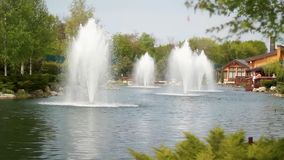 Fontein in de rivier in park in de Oekraïne stock video
