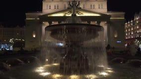 Fontein dichtbij het Grote ` Theater van Bolshoi ` van Ballet en Opera bij nacht, Moskou stock video
