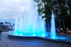 Fontein die met muziek en veranderende kleuren in Druskininkai-stad dansen Royalty-vrije Stock Foto's