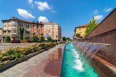 Fontein en het voortbouwen op achtergrond in Alba, Italië royalty-vrije stock afbeeldingen
