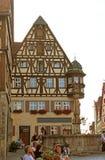 Fontein en hout-kader huis Stock Afbeeldingen