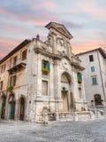 Fontein en klokketoren in Spoleto, Italië Stock Afbeelding