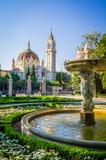 Fontein en moskee in Madrid op een heldere zonnige dag Royalty-vrije Stock Foto