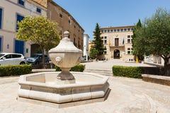Fontein in het achtergrondstadhuis van Arta, Mallorca stock afbeelding
