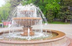 Fontein in het park Het bespuiten van waterstromen Royalty-vrije Stock Afbeelding