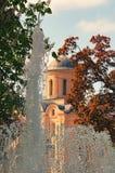 Fontein in het park Pyrohoshcha Dormition van de Moeder van Godskerk op de achtergrond De zonnige dag van de lente Kyiv Kiev Stock Afbeeldingen