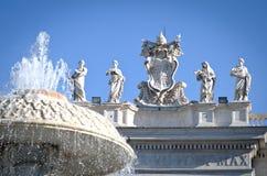 Fontein in het Plein van St Peter in het Vatikaan Royalty-vrije Stock Foto's