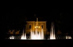 Fontein in het stadsvierkant bij de nacht Stock Afbeelding