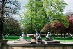 Fontein met beeldhouwwerken van naakte vrouwen in Dresden Stock Afbeelding