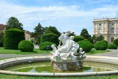 Fontein met beeldhouwwerken in Wenen Stock Afbeeldingen