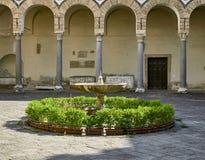Fontein met bloemen in het terras van Duomo in Salerno royalty-vrije stock afbeelding