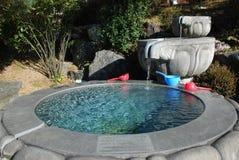 Fontein met duidelijk water Royalty-vrije Stock Foto's