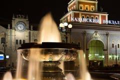 Fontein met lichten op achtergrond van Kazan Station Stock Foto's