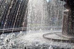Fontein met nevel in het Park in de de herfst heldere Zonnige dag waar de mensengang van een mooie waterval geniet royalty-vrije stock fotografie