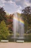 Fontein met regenboog Stock Afbeelding