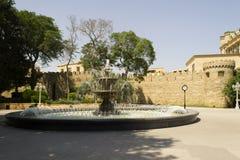 Fontein met watercascade in de zomer Stock Foto's
