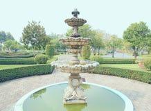 Fontein multi-tiered in het park Royalty-vrije Stock Foto's