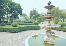 Fontein multi-tiered in het park Stock Foto's
