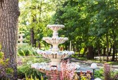 Fontein multi-tiered in het park Stock Afbeeldingen