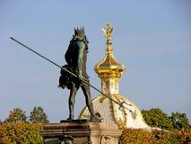 Fontein Neptunus op de achtergrond van het Paleis van Peterhof van de huisvestingszegel Grote Peterhof St Petersburg Rusland stock afbeeldingen