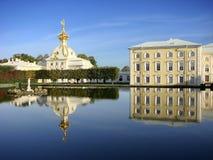 Fontein Neptunus op de achtergrond van het Paleis van Peterhof van de huisvestingszegel Grote Peterhof St Petersburg Rusland Royalty-vrije Stock Afbeeldingen