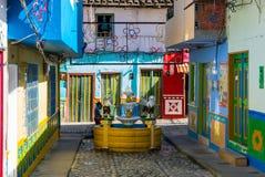 Fontein onder de kleurrijke koloniale huizen van Guatape Colombia royalty-vrije stock afbeelding