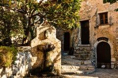 Fontein op de smalle stegen in Eze-dorp in Frankrijk stock foto's