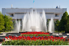 Fontein op het Vierkant van de Republiek in Alma Ata, Kazachstan Royalty-vrije Stock Afbeeldingen