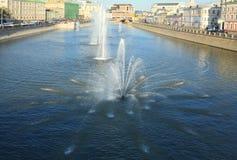 Fontein op rivier stock foto