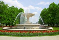 Fontein in park, Warshau, Polen Stock Foto's